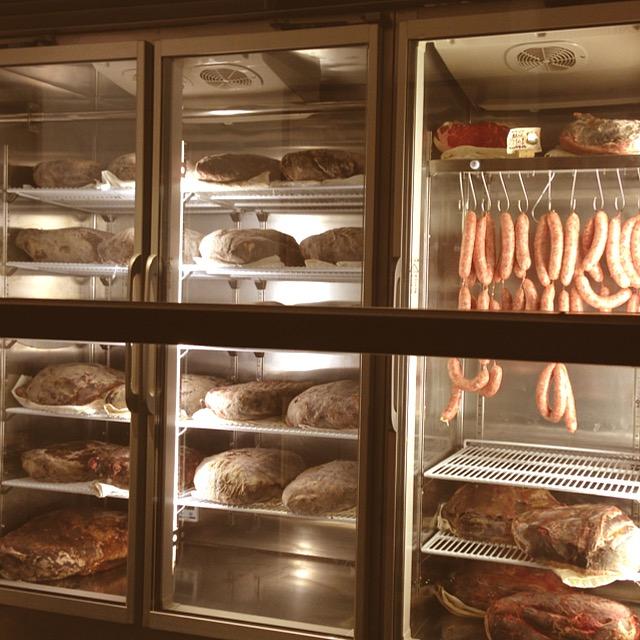 自家製熟成庫全体像_熟成肉ビストロ